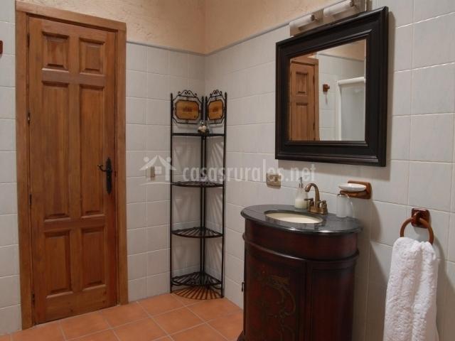 La caseria i en mozoncillo segovia for Mueble lavabo redondo