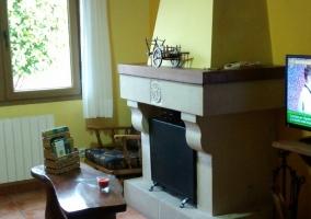Sala de estar con sillones y paredes amarillas