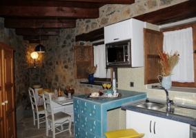 Habitación individual con pared de piedra