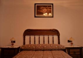 Habitación de matrimonio con balcón y muebles de madera