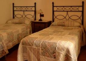Cama de matrimonio con muebles de madera