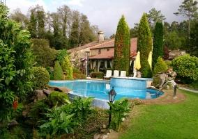 Amplia piscina con jardín