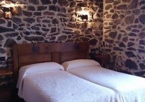 Dormitorio doble abuhardillado con detalles en madera