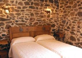 Dormitorio doble con cabecero y mesillas en madera