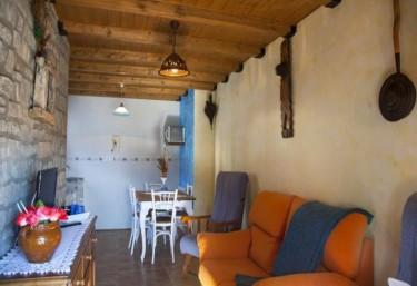 Apartamentos casa maza apartamento rural en biescas huesca for Cocina abierta sala de estar