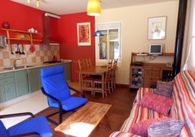 Salón con variedad de muebles