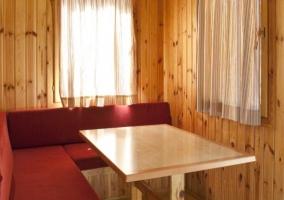 A Sala de estar con mesa de madera