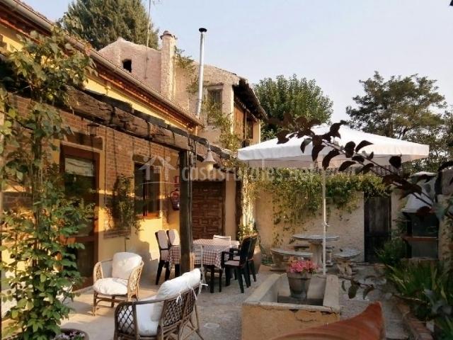 La fuente del ngel i casas rurales en viana de cega for Barbacoa patio interior