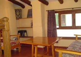 Sala de estar con biblioteca