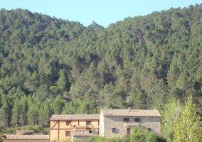 Las casas rurales junto a la montaña