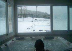 Jacuzzi, muy relajante con vistas al nevado entorno