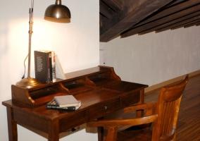 Escritorio con mesa y silla