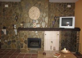 Salón comedor con columna de piedra