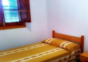 Dormitorio con ropa de cama de color amarillo