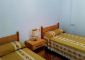 Dormitorio con mesa de noche