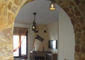 Arco de piedra como entrada al salón