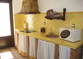 Cocina completa con alicatado amarillo