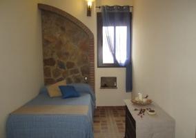 Dormitorio con muro de piedra y ladrillo