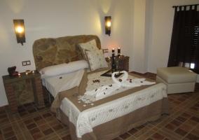 Dormitorio de matrimonio con cabecero de piedra descubierta