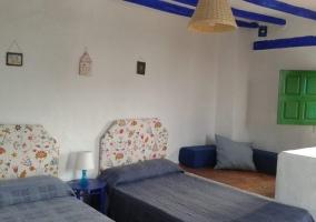 Habitación decorada con tonos azules