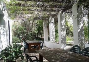 Jardín con mesas de madera