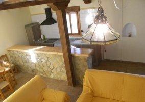 Sala de estar con llamativos sofás amarillos