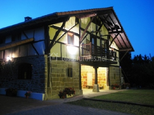 Casa iluminada por la noche
