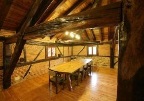 Mesa de madera en sala de reuniones