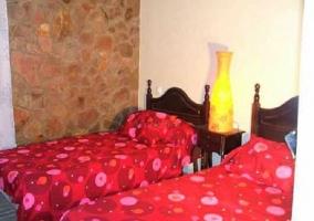 Dormitorio doble colcha roja