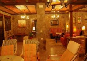 Gran salón con techos de madera