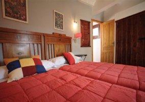 Suite con dos camas y pared de piedras