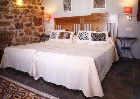 Sala de estar con la chimenea y pared de piedras