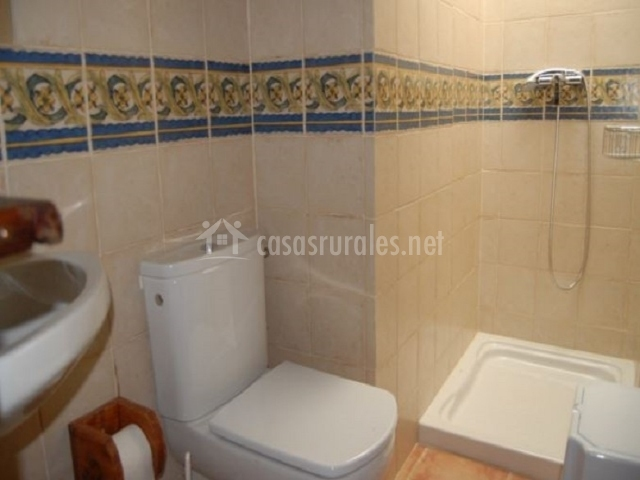 Casa terencio ii en les coves de vinrom castell n - Ver cuartos de bano con plato de ducha ...