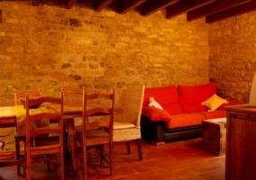 Sala de estar con sillones y una mesa auxiliar