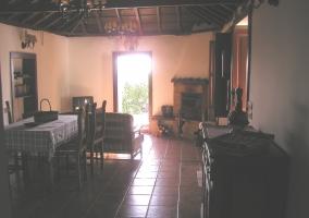 Agradable sala de estar y cocina