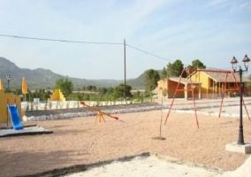 Parque infantil con columpios y otros divertimentos