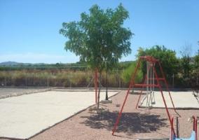 Parque infantil con tobogán y columpios