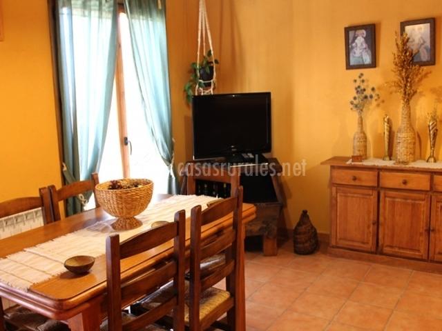 Apartamento angelita primero en olocau del rey castell n for Como pintar un salon comedor