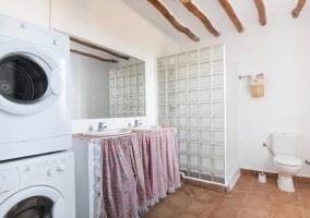 Cuarto de baño con lavadora y secadora
