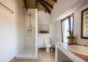 Baño con techo de madera