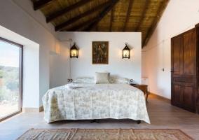 Dormitorio con un amplio ventanal