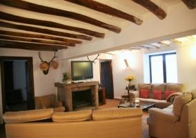 Sala de estar con vigas de madera en el techo
