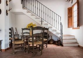 Recibidor con mesas y sillas