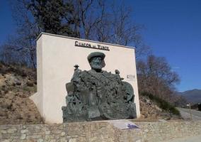 Monumento a la entrada de Cuacos de Yuste