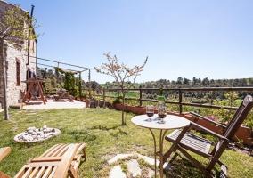 Jardín con tumbona y terraza