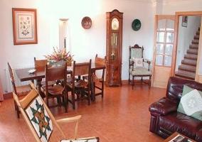 Enorme sala de estar con mesa de comedor