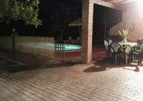 Vista de la piscina en el patio