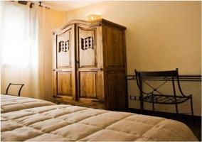 Habitación doble con camas individuales y luces encendidas