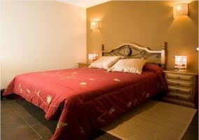 Habitación doble con dos camas unidas y un gran cabecero de madera