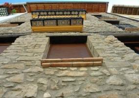 Salón con muro de piedra